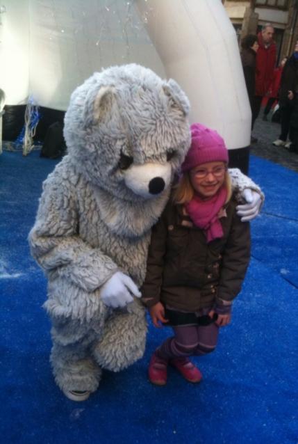L'ours accueille les enfants dans son igloo - Noël à Vannes
