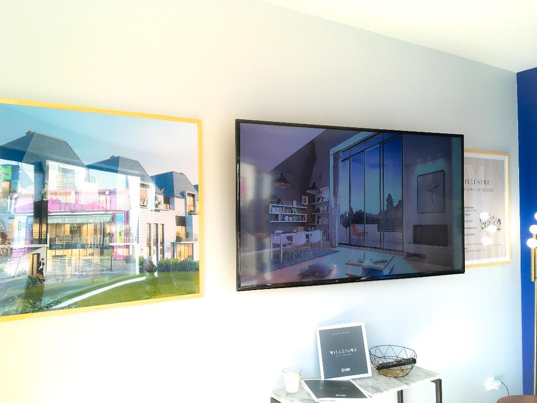 Cadres sur-mesure et TV murale pour diffusion du film